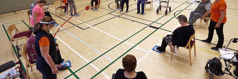 IKKU-rehabiliteringsklienter i gymnastiksalen.