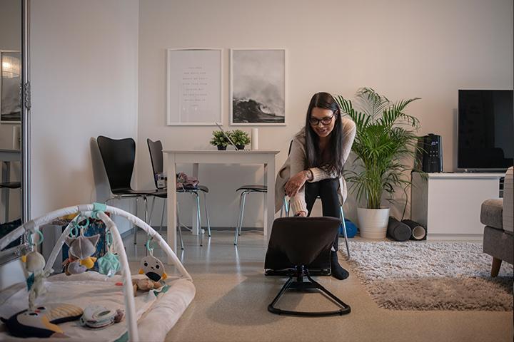 Melissa kotonaan vauvan kanssa.
