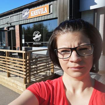 Leena Finska kahvilansa ulkopuolella.
