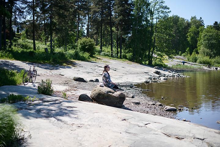 Katja Jokiniemi sitter på en strandklippa.