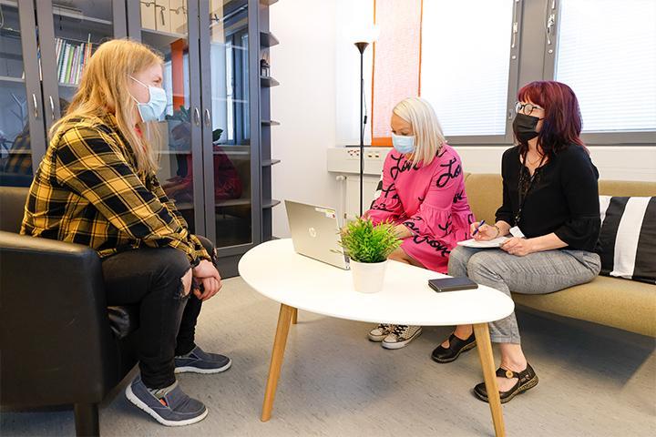 Jenna Knuts ja Sari Ylivainio palvelevat asiakasta.